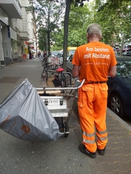 City cleaning - please keep your distance !